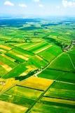 Luftaufnahme der landwirtschaftlichen Landschaft unter blauem Himmel Lizenzfreies Stockfoto
