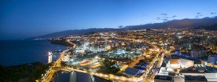 Luftaufnahme der Nachtstadt Santa Cruzde Tenerife lizenzfreies stockbild