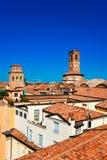 Luftaufnahme der roten Dächer im Bologna stockbild