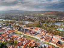 Luftaufnahme der Trencin Stadt, Slowakei Lizenzfreies Stockfoto