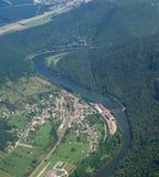 Luftaufnahme des Dorfs Deluz und des Flusses Doubs Stockfotografie
