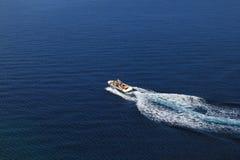 Luftaufnahme des Drehzahlbootes über blaues Meer Stockfotos