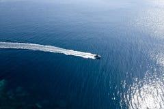 Luftaufnahme des Motorboots Stockfotos
