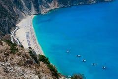Luftaufnahme des Myrtos Strandes stockfotos