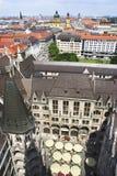 Luftaufnahme des Stadtzentrums und des Neues Rathaus Stockbild
