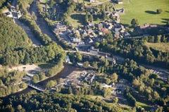 Luftaufnahme: Dorf, Vergnügungspark und ein Fluss Stockfotografie
