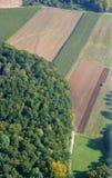 Luftaufnahme eines deutschen Waldes und der Wiesen Stockbild