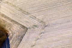 Luftaufnahme eines Feldes mit einer Dünnschicht des Schnees sorgfältig gepflogen in einer geometrisch rechteckigen Form stockfotos