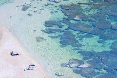 Luftaufnahme eines Strandes mit Leuten Stockfotos