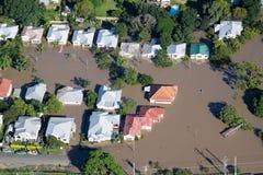 Luftaufnahme-Häuser der Brisbane-Flut-2011 unter Wasser Stockbild