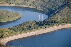 Luftaufnahme: Hydroelektrische Anlage in der Landschaft Stockfotografie