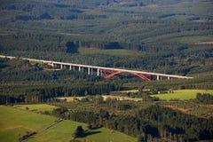 Luftaufnahme: Rote Datenbahnbrücke in der Landschaft Lizenzfreie Stockbilder