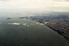 Luftaufnahme Singapurs mit Schiffen Stockbild