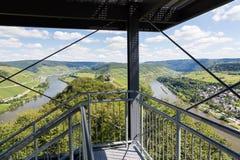 Luftaufnahme vom Uhrkontrollturm über deutschem Fluss Mosel nahe Pund Stockfotos