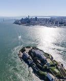 Luftaufnahme von Alcatraz-Gefängnis im Vordergrund mit San Francisco und Bucht-Brücke lizenzfreie stockbilder
