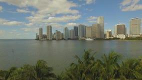Luftaufnahme von im Stadtzentrum gelegenem Miami Bewölkter und sonniger Tag Kleiner Strand nahe Miami stock video footage
