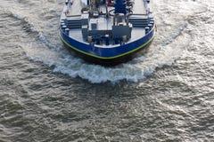 Luftaufnahmebogenwelle eines Frachtschiffs Stockfotografie