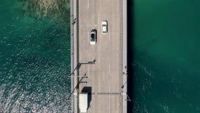 Luftautos und LKWs auf der Brücke mit Transportwagenbewegung stock video