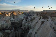 Luftballone über den Bergen Stockbilder