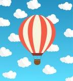 Luftballong mot himlen med moln också vektor för coreldrawillustration Royaltyfri Illustrationer