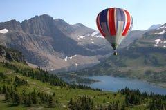luftballong som nära flottörhus varma berg Royaltyfri Bild
