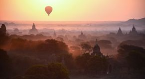 Luftballong som svävar i Bagan, Myanmar på soluppgång arkivbild