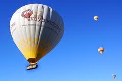 luftballongcappadocia som flyger varmt over Arkivbild