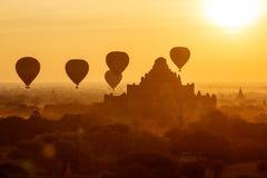 Luftballonger över buddistiska tempel på soluppgång Bagan Arkivbild