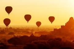 Luftballonger över buddistiska tempel på soluppgång bagan myanmar Royaltyfri Bild