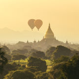 Luftballonger över buddistiska tempel på soluppgång i Bagan Arkivfoto