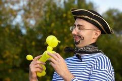 luftballonvovven som ser mannen, piratkopierar dräkten Royaltyfri Fotografi