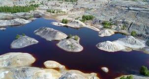 Luftbewegung zur bloßen steinigen Insel des Sees auf altem Steinbruch stock video footage