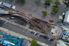 Luftbild über einer Achterbahn an einem Freizeitpark Lizenzfreies Stockfoto