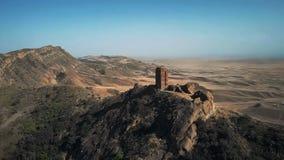 Luftbild der alten Verstärkung ist auf der Grenze von Georgia und von Aserbaidschan Schöne Ansicht eines sandigen Tales lizenzfreie stockfotos