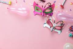 Luftbild der flachen Lage der schönen purpurroten silbernen Karnevalsmaske stockfotos
