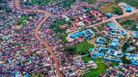 Luftbild der Nachbarschaft der dichten Bevölkerung spaltete sich durch den Fluss auf stockfotos
