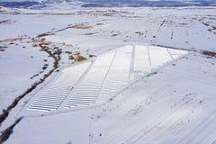 Luftbild des Schnee bedeckten Sonnenkollektorparks lizenzfreies stockbild