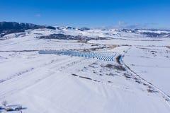 Luftbild des Schnee bedeckten Sonnenkollektorparks stockbilder