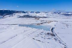 Luftbild des Schnee bedeckten Sonnenkollektorparks stockfoto