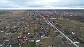 Luftbild eines Wohngebiets mit Häusern und Gärten von einer Höhe von hundert Meter stock video footage
