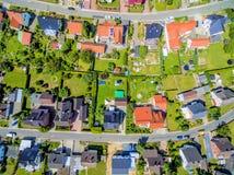 Luftbild eines Wohngebiets mit Häusern und Gärten von einer Höhe von 100 m Lizenzfreies Stockfoto