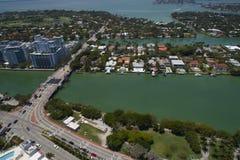 Luftbild von Allison-Insel und von 63. Brücke des Straßenabgehobenen betrages Stockbild