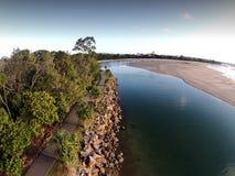 Luftbildbild von Noosa-Spucken durch Bruchwasser Lizenzfreie Stockfotos