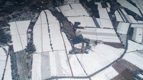 Luftbildfotografie der schneebedeckten Landschaft des Zehntausend-MU-Teegartens in Xuancheng, Anhui Provinz, China lizenzfreie stockfotos