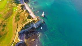 Luftbildfotografie der weißen Kreideklippen in Etretat stockbilder