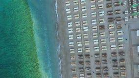 Luftbildfotografie des Strandes, Draufsicht der Sonnenruhesessel stock footage