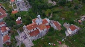 Luftbildfotografie einer alten Kirche stock video
