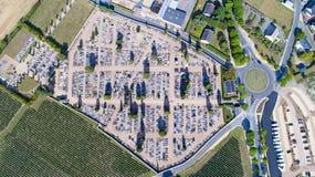 Luftbildfotografie von Chinon-Friedhof lizenzfreies stockbild