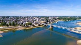 Luftbildfotografie von Stadt und von Brücke Ancenis stockfotos
