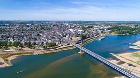 Luftbildfotografie von Stadt und von Brücke Ancenis stockbilder